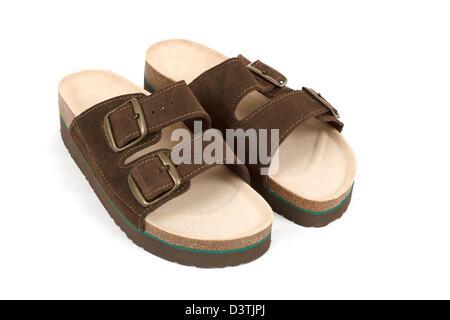 Herrenmode Sandale auf Hintergrund  Neue Braun Herren Sandalen isoliert auf  weiss - Stockfoto 29b87ca65d