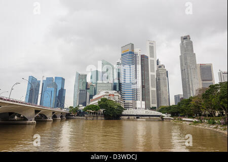 Blick auf die Skyline von Singapur an einem bewölkten Tag, Asien - Stockfoto