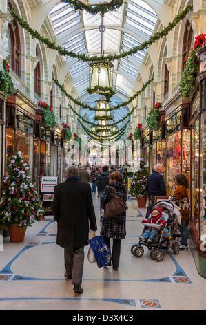 Weihnachtsschmuck in der Royal Arcade in Norwich, Norfolk, England, Großbritannien, Uk - Stockfoto