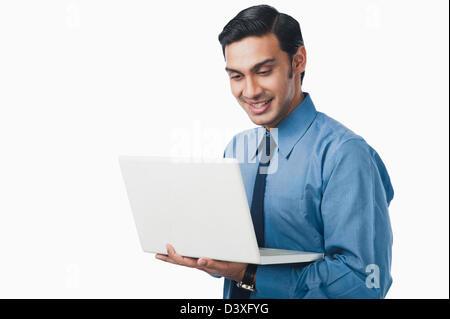 Bengali Geschäftsmann mit einem laptop - Stockfoto