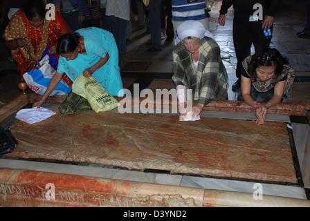 Der Stein der Salbung, auch bekannt als der Stein der Salbung, Kirche des Heiligen Grabes, Jerusalem, Israel - Stockfoto