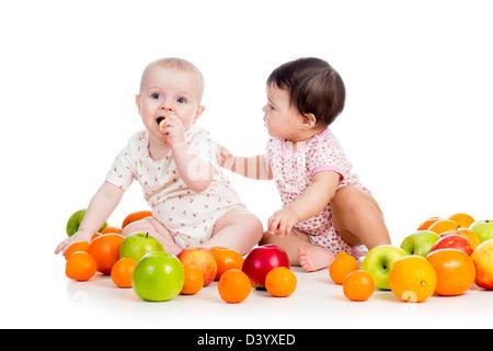Lustige Kinder Babys essen gesundes Essen Obst isoliert auf weißem Hintergrund - Stockfoto
