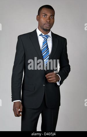 Elegante African American Gentleman Anzug und Krawatte tragen. - Stockfoto