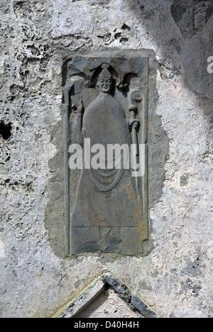 Stone Carving von A Bishop an einer Wand im Inneren Corcomroe Abbey, 13. Jahrhundert Zisterzienserkloster, Burren, - Stockfoto