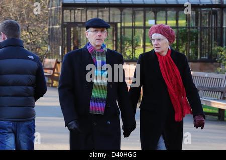 Mann und Frau zu Fuß in schottischen park - Stockfoto
