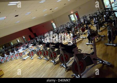 (Dpa Datei) - ein Archiv, datiert 11. Dezember 2010, Abbildung indoor-Bikes Staning in einem Halbkreis in einem - Stockfoto