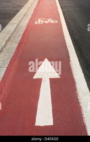 Radweg mit weißen Zyklus-Symbol und eine Möglichkeit Richtungspfeil, UK - Stockfoto