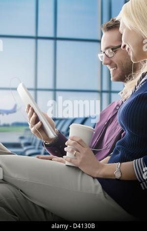 Kaukasische paar mit digital-Tablette in Flughafen - Stockfoto