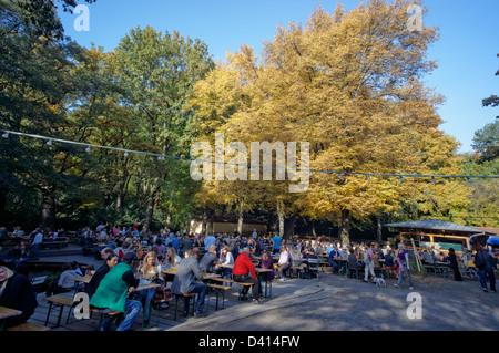 Cafe und Bier Garten Am Neuen See im Tiergarten, im Herbst, Berlin, Deutschland - Stockfoto