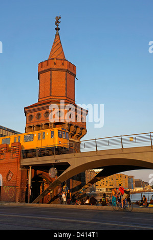 Oberbaumbrücke über Fluss Spree, Metro-Zug, Fahrräder, Berlin - Stockfoto