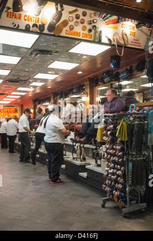 Reinigungs-Center für Schuhe in Penn Station, New York, USA, - Stockfoto