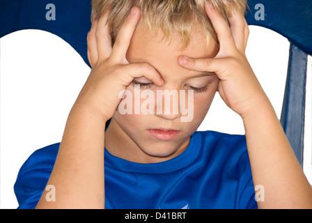 w tend oder frustriert junge mit h nden packte seine haare tragen rotes hemd auf wei em. Black Bedroom Furniture Sets. Home Design Ideas