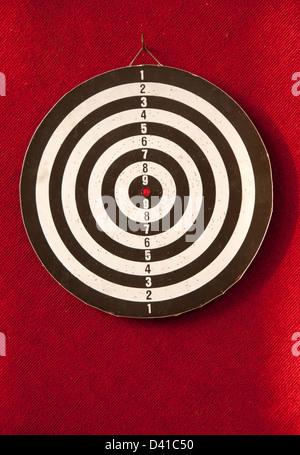 Dartscheibe in rotem Hintergrund - Stockfoto