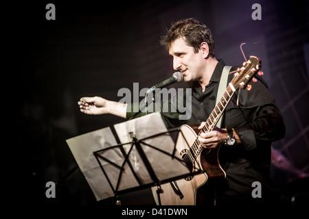 Musiker spielt eine Gitarre auf der Bühne - Stockfoto