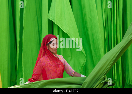 Indien, Rajasthan, Sari Factory, Textile sind an der frischen Luft getrocknet. Sammeln von trockenen Textil von - Stockfoto