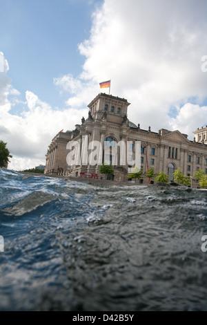 Berlin, Deutschland, die Wellen der Spree im Reichstag - Stockfoto