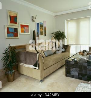 ... Gruppe Von Modernen Bildern Oben Beige Wildleder Sofa Im Modernen  Wohnzimmer Mit Schwarz Gefliesten Tisch Und