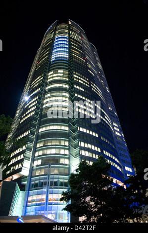 Nachtansicht der Mori Tower in Roppongi Hills, der gehobenen Wohn- und shopping-Komplex in der Innenstadt von Roppongi, - Stockfoto