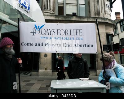 Anti-Abtreibung banner pro Leben Demonstranten mit 40 Tage für das Leben St. Mary Street Cardiff Wales UK Februar - Stockfoto