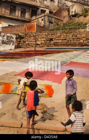 Kinder auf den Ghats von Varanasi, Indien - Stockfoto