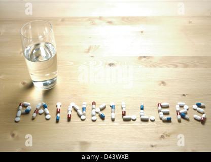 Schmerzmittel-Motto geschrieben mit Pillen auf Holztisch - Stockfoto