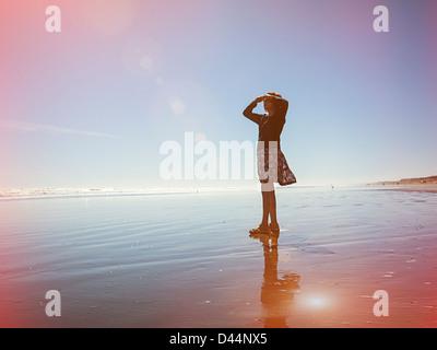 Lichtdicht, Frau blickt auf das Meer, Neuseeland. - Stockfoto