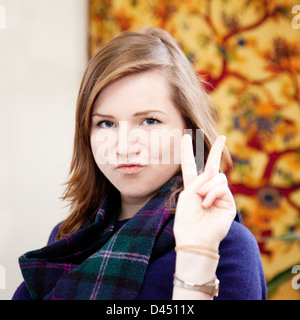 Attraktive kaukasischen Brünette junge Frau Alter 19-21 Jahre, er ein V-Zeichen - Stockfoto