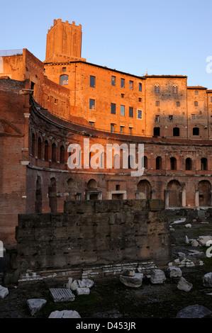 Italien, Rom, Trajans Märkte bei Sonnenuntergang - Stockfoto