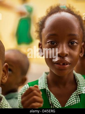 Mädchen tragen eine grüne Schuluniform. - Stockfoto
