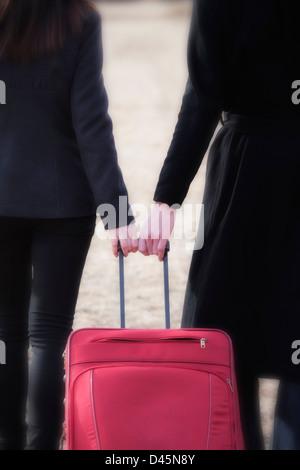 Detail-Aufnahme ein paar davon zieht einen roten Koffer - Stockfoto