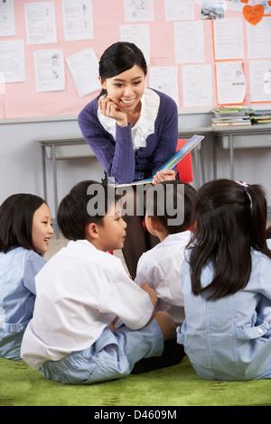 Lehrer lesen für Schüler In Chinesisch Schule Unterricht - Stockfoto