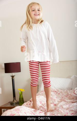 Junges Mädchen Prellen auf Bett - Stockfoto