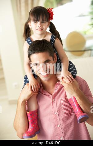 Vater und Tochter Fahrt auf Schultern im Innenbereich - Stockfoto