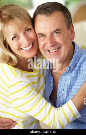 Romantische Portrait Of Senior Couple in Innenräumen - Stockfoto