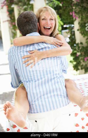 Senior Paar genießt Scheiben Wassermelone - Stockfoto