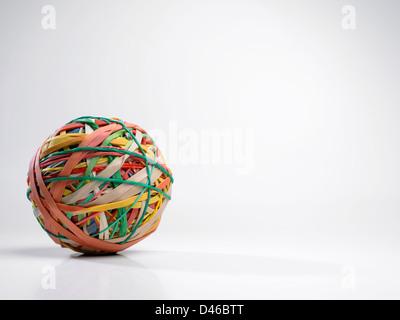 Große Kugel aus bunten Gummibändern auf weißem Hintergrund - Stockfoto