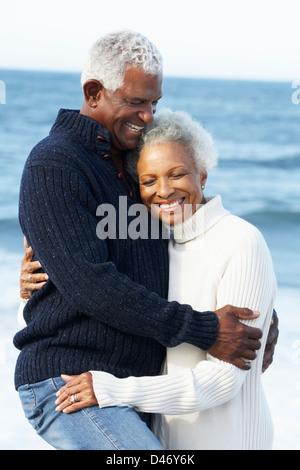 Romantische älteres paar umarmt am Strand - Stockfoto