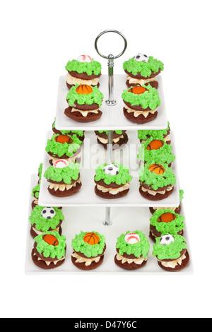 bunt oder bunten farbigen farbigen Makronen Kuchen auf weißem Hintergrund. drei abgestufte Sport Kinder party Etagere. - Stockfoto