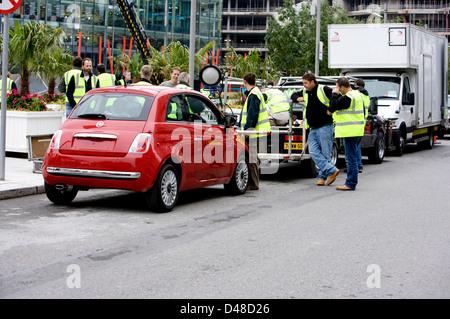 Rot Fiat 500 CC mit einem Film rig befestigt und Crew Vorbereiten des Fahrzeugs - Stockfoto