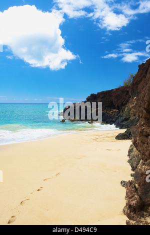 Fußspuren im weißen Sand auf einen Strand entlang den Rand des Wassers; Hawaii Vereinigte Staaten von Amerika - Stockfoto