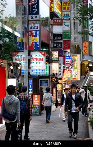 Dogenzaka Straße in Shibuya, Tokyo, ist ein beliebtes Gebiet für Mode-Boutiquen und Unterhaltung. - Stockfoto
