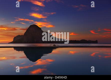 El Nido-Bucht und Cadlao Insel bei Sonnenuntergang, Palawan, Philippinen - Stockfoto