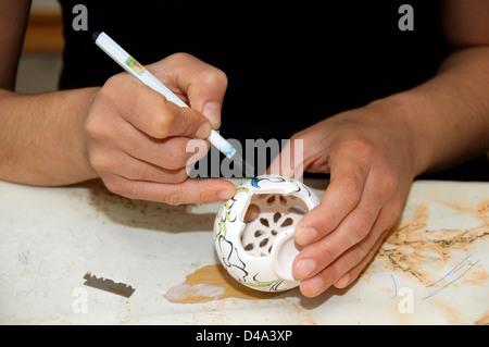 Potter, Malerei in einer Töpferei, Provinz Muğla, Türkei - Stockfoto