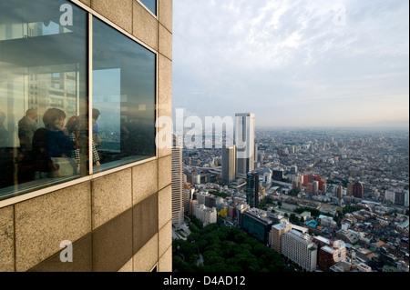 Besucher genießen Tokio Luftbild-Skyline von Aussichtsplattform des Tokyo Metro Regierungsgebäude in West Shinjuku - Stockfoto