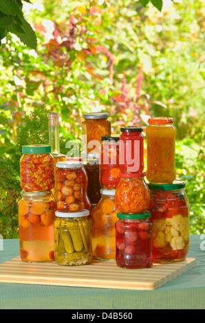 Herbst bewahrt - Gemüse in Gläsern - Stockfoto