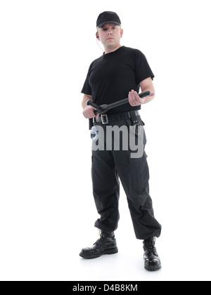 Security-Mann in schwarzer Uniform Polizei Club in beiden Händen stehen selbstbewusst, hält Schuss auf weiß - Stockfoto