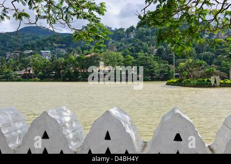 Kandy Lake, Tempel des Zahns, Königspalast, Kandy, See Seite Residenzen, Hotels, in der Nähe von Colombo, Sri Lanka, - Stockfoto