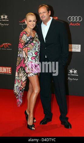 Deutsche Schauspielerin Jenny Elvers-Elbertzhagen und ihr Mann Goetz Elbertzhagen kommen bei der Präsentation des - Stockfoto