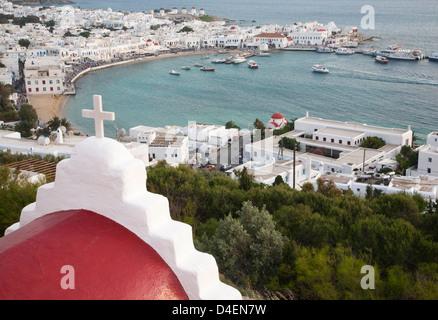 Weisses Kreuz auf rotem Kuppelkirche mit Blick auf Mykonos Hafen und Stadt - Stockfoto