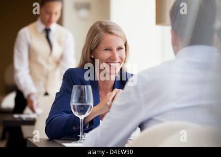 Geschäftsleute, die lächelnd in restaurant - Stockfoto